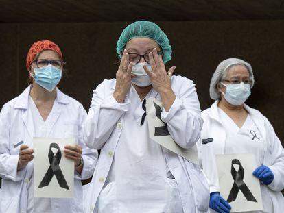 Minuto de silencio en el Hospital Doctor Peset de Valencia por la compañera fallecida por Covid-19.