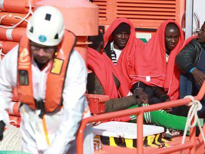 La 'Salvamar Arcturus' desembarcó este jueves a siete migrantes en Algeciras.