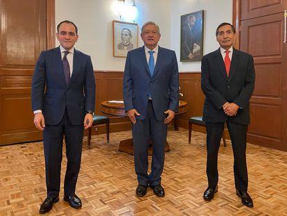 El presidente, Andrés Manuel López Obrador, acompañado por el ministro de Hacienda, Arturo Herrera, y el economista Rogelio Ramírez de la O.