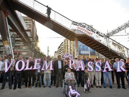 Asociaciones de vecinos, ciclistas y los grupos de la oposición municipal se unieron hace unos meses para reivindicar la accesibilidad del puente.
