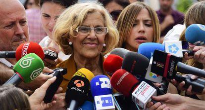 Carmena atiende a la prensa un día después de las elecciones.
