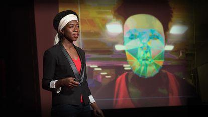 Imagen tomada de la charla Ted en la que Joy Buolamwini, ingeniera del MIT Media Lab, explica cómo comprobó que su rostro no era detectado por ciertos sistemas de reconocimiento facial a menos que se pusiera una careta blanca.