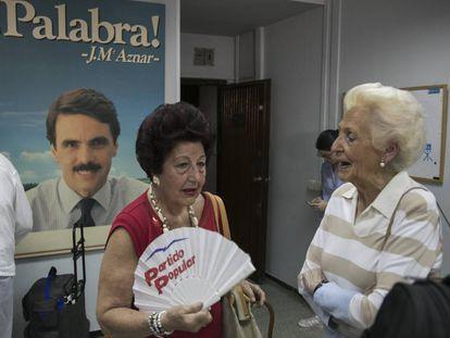 Votación en la sede popular del distrito de Salamanca, en Madrid.