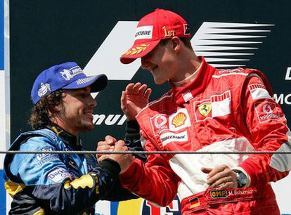 Alonso saluda a Schumacher tras el Gran Premio de San Marino de 2006.