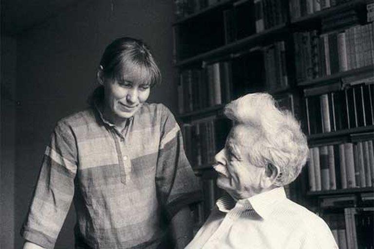 Canetti, con su segunda esposa, Hera, en Zúrich hacia 1980.