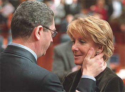 El alcalde de Madrid, Alberto Ruiz-Gallardón, felicita a Esperanza Aguirre tras la sesión de investidura.