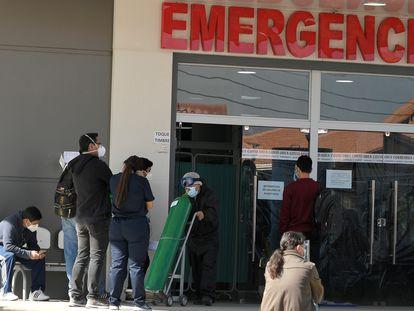 Familiares de pacientes de covid-19 esperan afuera del Hospital del Norte, en Cochabamba, el 1 de junio.