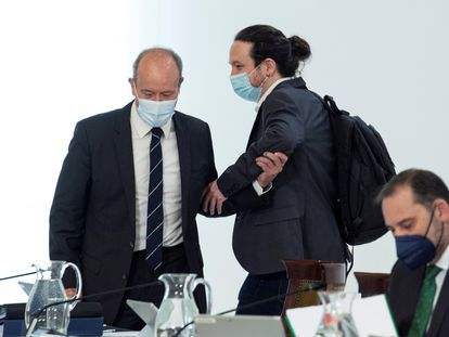 Pablo Iglesias saluda al ministro de Justicia, Juan Carlos Campo, en el Consejo de Ministros de este martes.