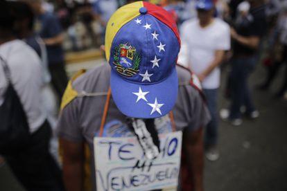 Un manifestante en una protesta contra el Gobierno de Maduro, el pasado 10 de marzo en Caracas.