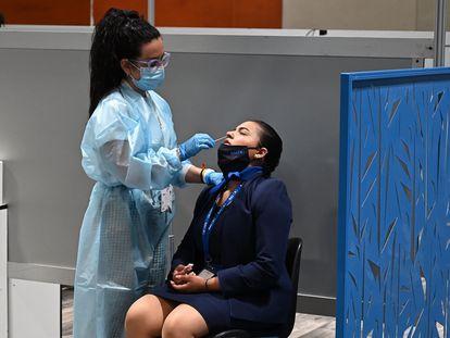 Una sanitaria realiza una PCR a una trabajadora de Fitur, la feria de turismo celebrada en Madrid este mes.