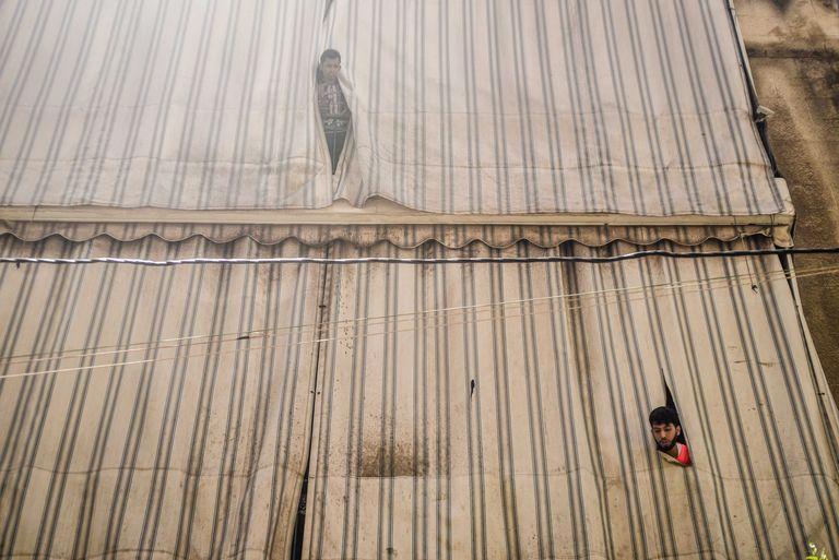 Dos trabajadores inmigrantes bangladesíes este jueves en un inmueble en cuarentena en el barrio Raas el Nabaa de Beirut.