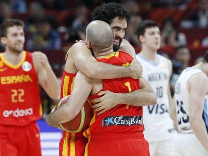 Colom y Beirán se abrazan tras la final. En vídeo, declaraciones de Rudy Fernández, Marc Gasol y Pierre Oriola tras el partido.