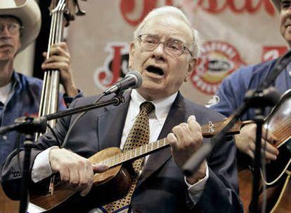 El multimillonario Warren Buffett, tocando el ukele