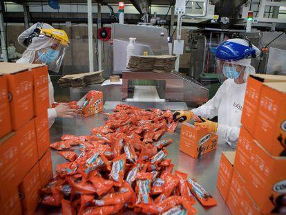 Empaquetado de Conguitos en la fábrica de Lacasa.