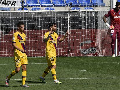 Messi festeja su primer gol al Alavés ante la impotencia de Roberto.