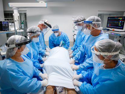 Un equipo médico trabaja este domingo en una UCI del hospital de Clínicas en la ciudad de Porto Alegre (Brasil).