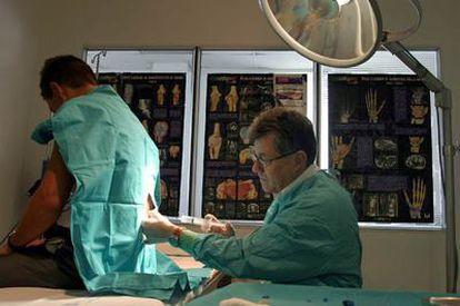 Un médico pone una inyección a un paciente en la Unidad del Dolor del hospital Ramón y Cajal de Madrid.
