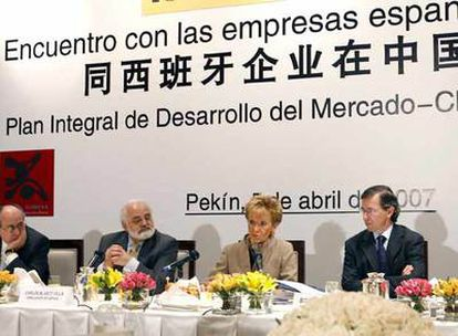 María Teresa Fernández de la Vega, durante su encuentro con empresarios españoles, acompañada por Bernardino León, Pedro Mejía y el embajador Carlos Blasco.