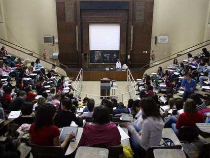 Un profesor imparte una clase en la Facultad de Medicina de la Universidad Complutense.