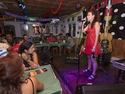 Sabina Urraca, en la prueba de sonido en su trabajo con Fernando Jacks y la Banda del Trueno, en Benidorm.