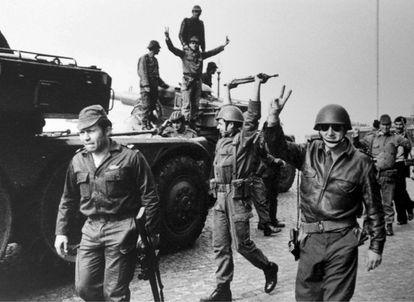 El capitán Salgueiro Maia, a la izquierda de la foto, y sus tropas, en Lisboa tras la victoria de la sublevación contra la dictadura el 25 de abril de 1975.