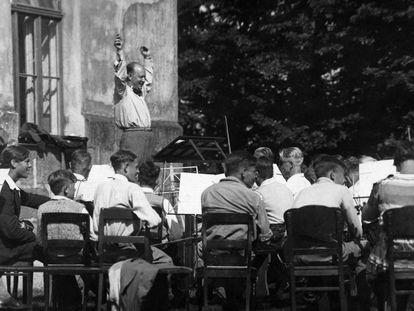 Paul Hindemith durante un ensayo en Plön (Alemania) en 1932.