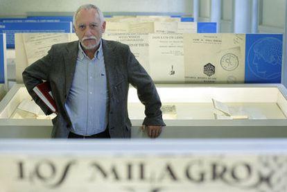 El profesor José Luis González Llavona en la exposición de la Residencia de Estudiantes.