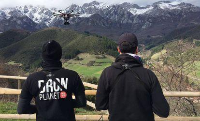 La audiovisual es la aplicación más común de los drones en España. En la imagen, técnicos de Dron Planet durante una grabación en la montaña.