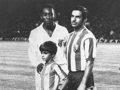 Pelé junto a Rivilla y a su hijo en septiembre de 1969.