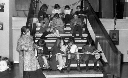 Madrid, 1971, un grupo de niños visita la III Exposición de libros infantiles.