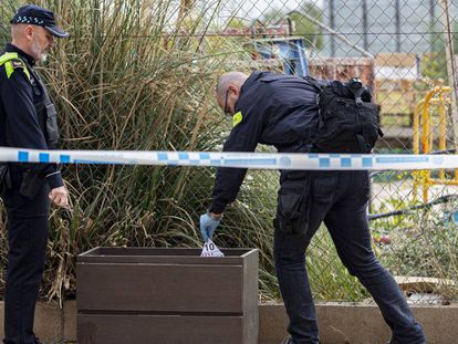 Agentes recogen muestras de la reyerta que tuvo lugar en Badalona el pasado 27 de octubre.