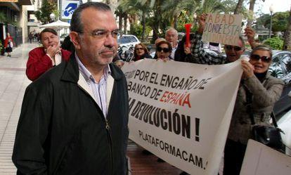 Roberto López Abad, ante un grupo de afectados por las participaciones preferentes, en Alicante