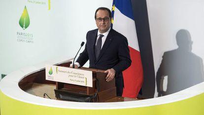 François Hollande da un discurso durante la inauguración de la Cumbre de Concienciación Climática en París (Francia) hoy, 21 de julio de 2015.