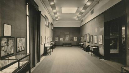 La sala grande de las Galeries Dalmau durante una exposición de Rafael Barradas en 1925.