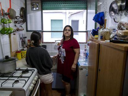 Carola Riera y su hija de 10 años, este viernes en su casa, en Valencia.