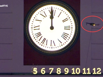 Momento en el que el dron aparece en pantalla en la retransmisión de las campanadas de la Puerta del Sol.