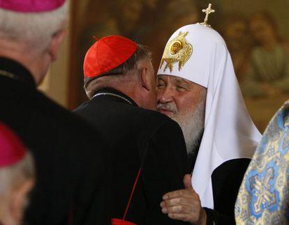 El patriarca ortodoxo ruso saluda al arzobispo de Varsovia.