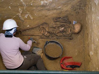 Los arqueólogos de la asociación AMEDE trabajando  en una de las fosas comunes donde reposan restos de represaliados por el franquismo en el cementerio de San Fernando, Cádiz.