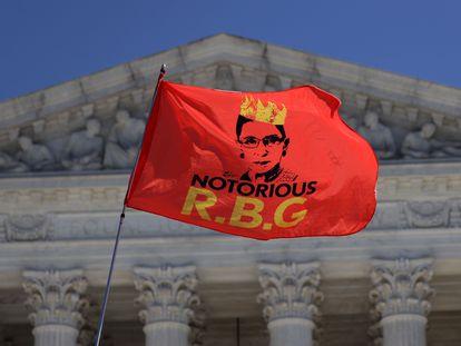 Una bandera con las iniciales de la juez Ruth Bader Ginsburg, fallecida el viernes, ondea delante del Tribunal Supremo de Estados Unidos.
