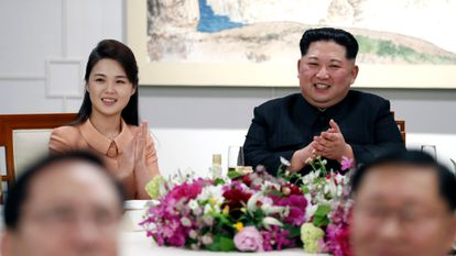 La primera dama de Corea del Norte, Ri Sol-ju y el líder Kim Jong-un, en Panmunjom, Corea del Sur, en abril de 2018.