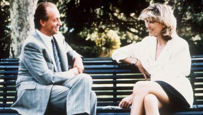El Rey conversa con la periodista Selina Scott en 1992.