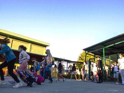 Varias familias llegan a su centro educativo en Rivas Vaciamadrid.