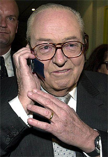 En la imagen, Jean Marie Le Pen habla por teléfono al conocer el resultado de los primeros sondeos.