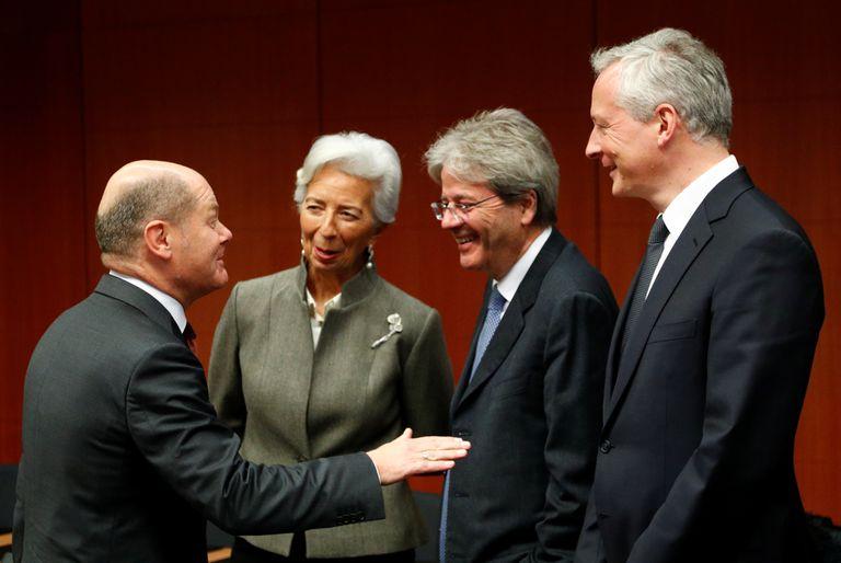 El vicecanciller alemán (izquierda), Olaf Scholz, hablando con Christine Lagarde, Paolo Gentiloni (centro) y el ministro francés Bruno Le Maire (derecha) en un Eurogrupo.