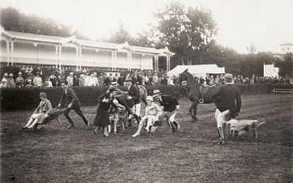 Gymkhana por parejas mixtas en 1925.