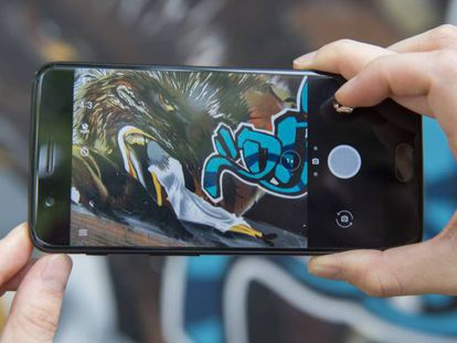 Un hombre saca una foto con un OnePlus 5. En vídeo, comparativas de los diferentes modelos.