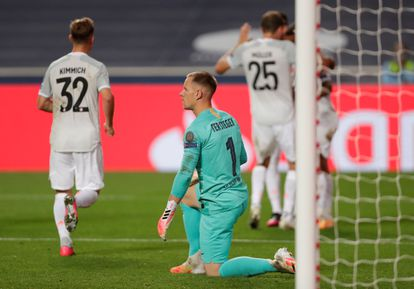 Ter Stegen, arrodillado, tras encajar uno de los ocho goles que el Barcelona encajó ante el Bayern en los cuartos de final de la Champions.