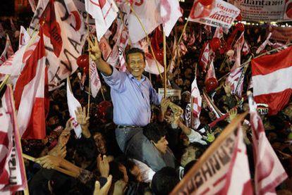 El candidato presidencial Ollanta Humala saluda a sus partidarios en un acto electoral organizado en Cuzco.