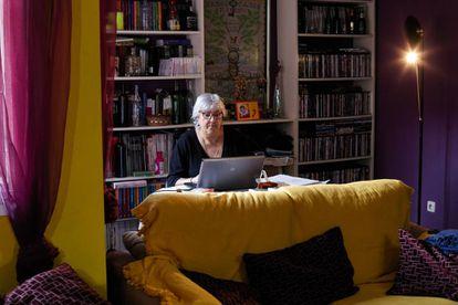 Goyi Martín en su salón en Villacañas (Toledo), donde precisa de conexión para la edición de libros que hace al margen de su trabajo como profesora.