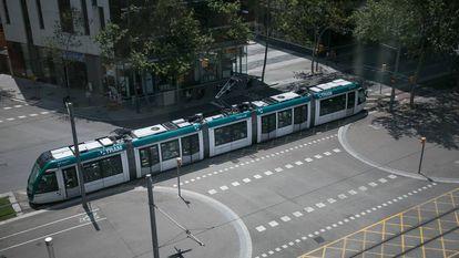 Un tranvía circula por la avenida Diagonal.